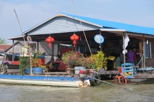 floating-village-cambodia-13