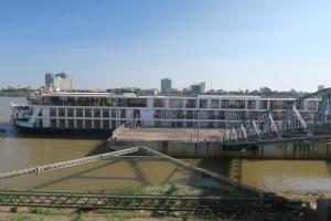 ship-unloading-in-phnom-penh-2